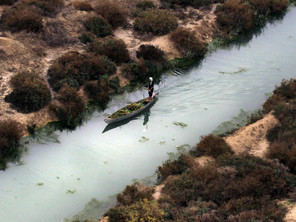 التقطت هذه الصورة يوم الأربعاء 3 شباط 2010، لأحد الصيادين في قاربه في هور الحويزة في محافظة ميسان جنوب العراق. (AP)
