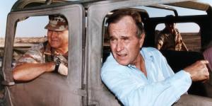 الرئيس جورج بوش والجنرال نورمان شوارزكوف في المملكة العربية السعودية، 22 تشرين الثاني، 1990. تصوير: CORBIS 