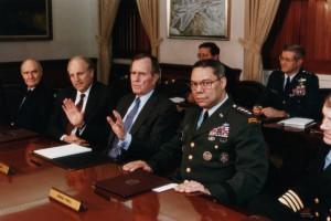 في عملية عاصفة الصحراء، التقى الرئيس جورج بوش في وقت مبكر مع كبار مساعديه، بما في ذلك (من اليسار) مستشار الأمن القومي برنت سكوكروفت، وزير الدفاع ديك تشيني، والجنرال كولن باول، 18 كانون الثاني، 1991. تصوير: CORBIS