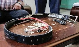 حزام ناسف استولت عليه الشرطة من احد اعضاء داعش قبل أن يتم تفجيره. صورة: سام تارلنج / الجارديان