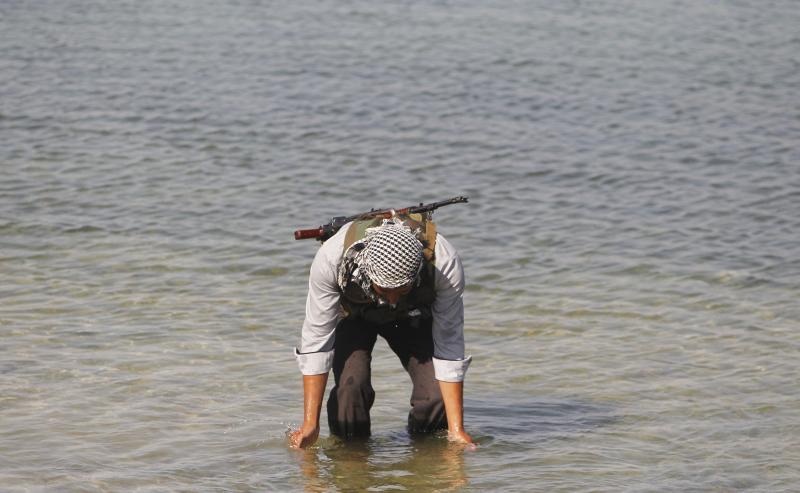 """مظفر سلمان – رويترز (احد اعضاء لواء """"أحرار سوريا"""" التابع للجيش السوري الحر يبرد نفسه في نهر الفرات في الريف الشرقي من حلب، 18 اب 2013.)"""