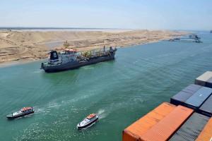 سفينة شحن تمرت خلال الجزء الجديد من قناة السويس في مصر في أواخر تموز، قبل الافتتاح الرسمي في يوم الخميس. المصدر: رويترز
