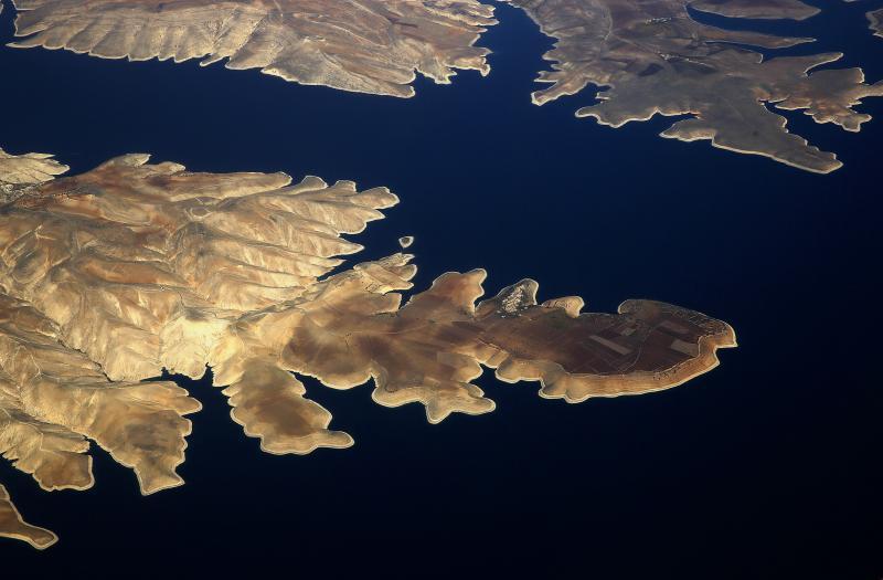 يونس بيهراكس- رويترز (صورة لبلدة سوسز على الشاطئ الشمالي لسد أتاتورك، 10 تشرين الثاني 2014)