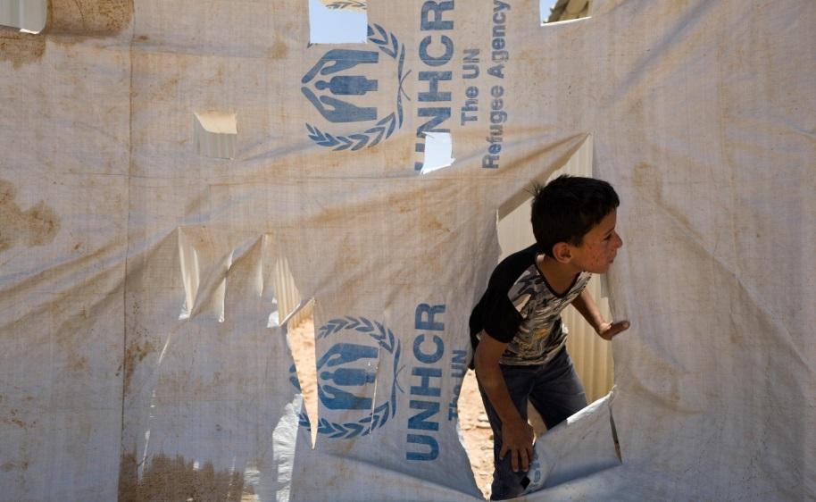 صبي صغير في مخيم الأزرق للاجئين في الصحراء الأردنية، حيث يقطن حوالي 20.000 الف سوري.