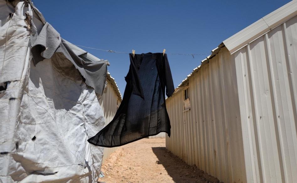 الحياة قاتمة في مخيم الأزرق، ولكن المخيم ملاذ للفارين من مسلحي داعش.