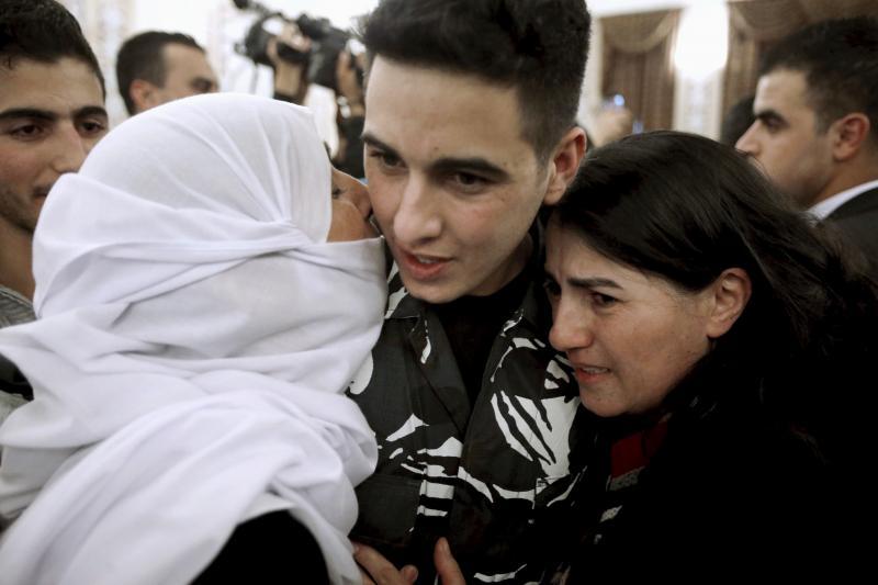 استقبال الشرطي اللبناني وسط احتفالية ابان عودته الى بيروت والذي اعتقلته جبهة النصرة المرتبطة بتنظيم القاعدة في عرسال. رويترز 1 كانون الاول 2015.