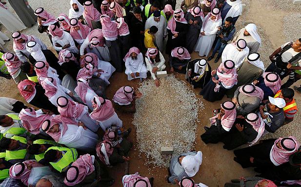 المشيعين يتجمعون حول قبر الملك السعودي عبد الله بعد دفنه في الرياض.