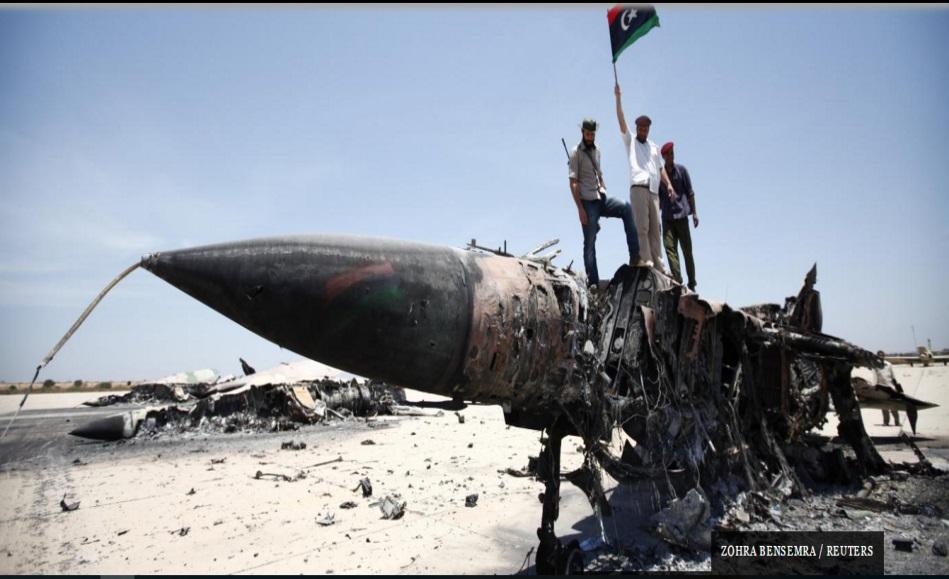 زهرة بن سمرة / رويترز . الثوار الليبيين في مطار مصراتة ،أيار 2011
