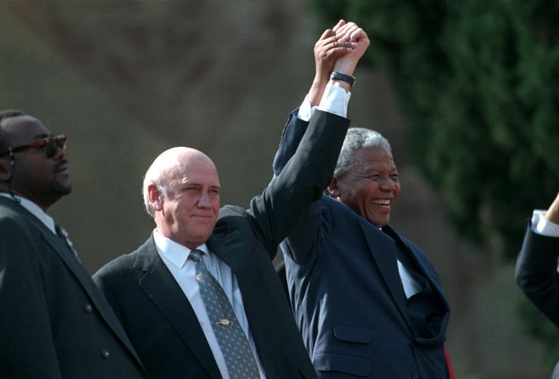 نيلسون مانديلا ودي كليرك في بريتوريا، مايو 1994. رويترز