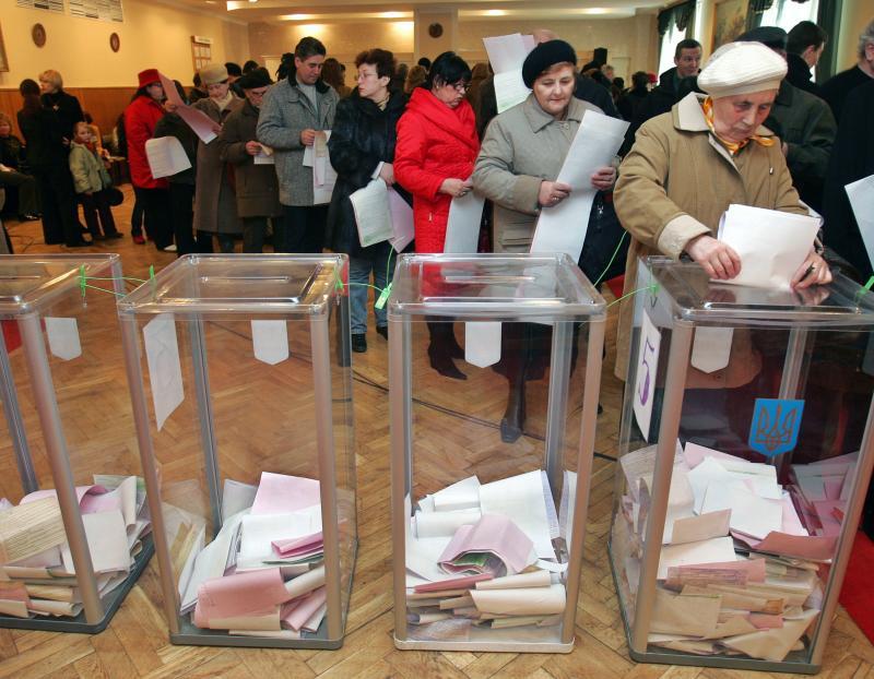 الأوكرانيين في مركز اقتراع في كييف، مارس 2006. رويترز