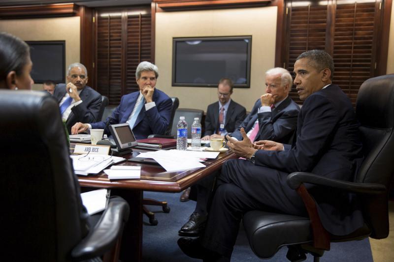 أوباما يجتمع مع موظفي الأمن القومي في غرفة العمليات في البيت الأبيض لمناقشة الأوضاع في سوريا ، آب 2013