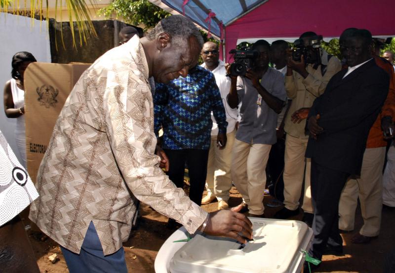 الرئيس الغاني جون كوفور يدلي بصوته في أكرا، 2008. رويترز