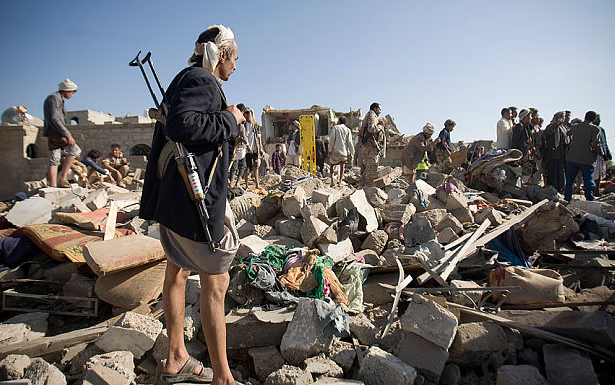 عمليات البحث عن ناجين تحت أنقاض المنازل التي دمرها القصف الجوي السعودي بالقرب من صنعاء، اليمن. الصورة: الأسوشييتد برس.