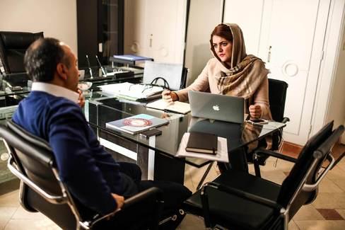حسن زاده في مكتبها في طهران. تصوير : فاطمة بهبودي لبلومبيرغ بيزنس