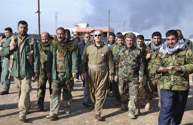 محافظ كركوك نجم الدين كريم يمشي مع ضباط البشمركة الكردية قرب حقول نفط الخباز في ضواحي كركوك يوم 1 شباط 2015. رويترز