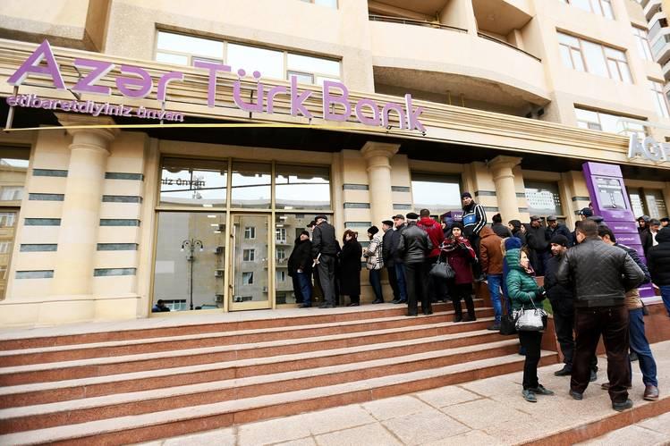 أذربيجانيون يصطفون أمام بنك باكو. تواجه اذربيجان و غيرها من الاسواق الناشئة ضغوطات على عملاتهم. تصوير عزيز كريموف / باسيفك بريس/ زوما بريس
