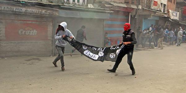 عرض محتجون كشميريون مسلمون راية تنظيم داعش الارهابي اثناء مسيرات تشرين الثاني في سريناجار