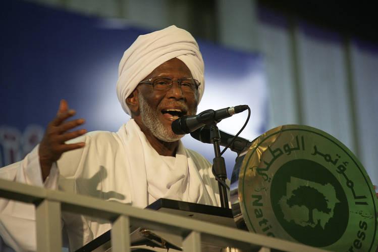 حسن الترابي، منظر اسلامي رائد، أثناء إلقائه لخطبة في الخرطوم، السودان 2014. تصوير محمد نورالدين عبد الله/ رويترز