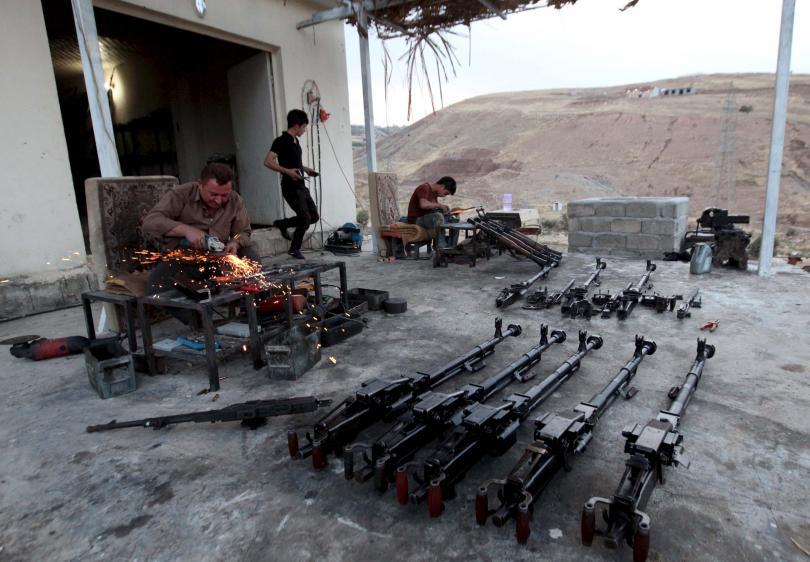 رجل كردي يصلح الأسلحة لقوات البيشمركة التي تقاتل ضد متشددي داعش في متجره خارج أربيل، العراق، 15 أيلول 2015. أزاد شكري\ رويترز