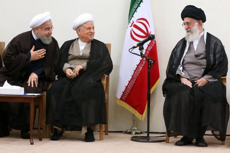 الرئيس الايراني حسن روحاني، والرئيس السابق أكبر هاشمي رفسنجاني، والمرشد الأعلى علي خامنئي خلال إجتماع لمجلس الخبراء، أيلول 2015. مكتب المرشد الأعلى.
