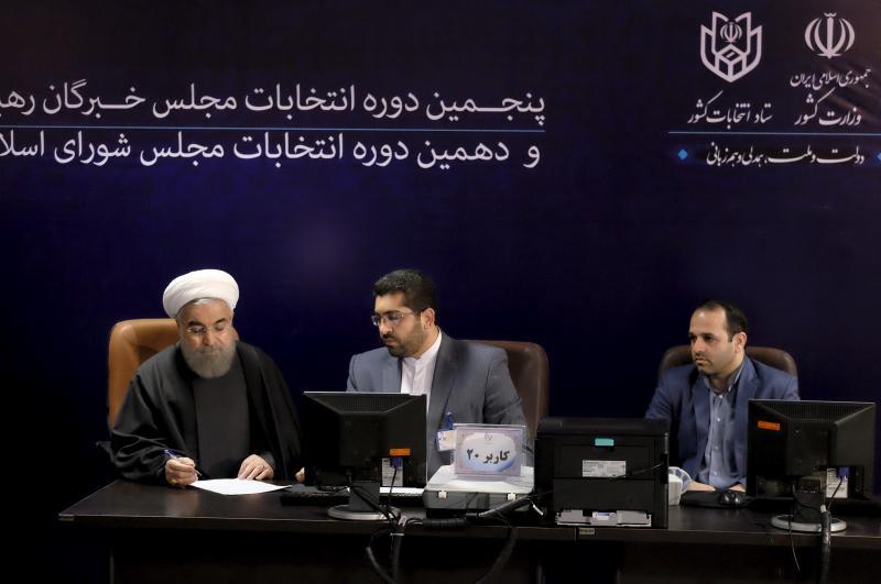الرئيس الايراني حسن روحاني يسجل لانتخابات شباط لجمعية الخبراء، وهي الهيئة الدينية التي تختار المرشد الأعلى في طهران كانون الأول 2015. راهيب موهافندي\ رويترز.