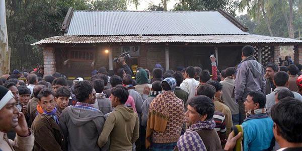 تجمع المتفرجين عقب انفجار انتحاري لقنبلة في مسجد الاحمدية في بنغلاديش في كانون الاول الماضي.
