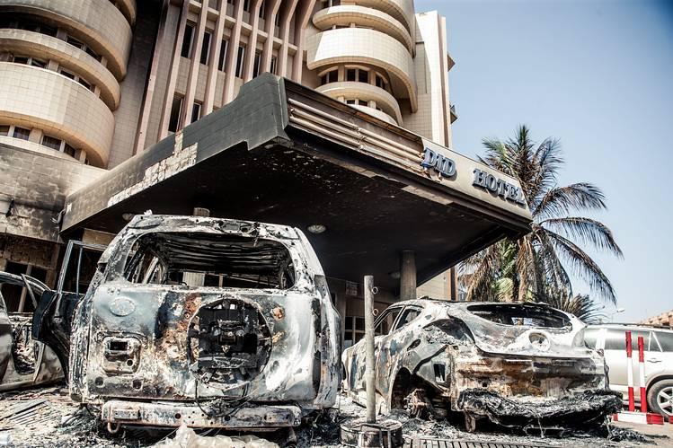 في اعقاب هجوم قام به تنظيم القاعدة على الفندق في واغادوغو، بوركينا فاسو، 18 كانون الثاني 2016. وكالة الصور الصحفية الاوروبية.