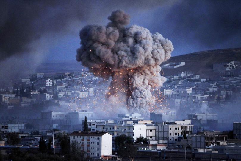 انفجار يهز مدينة كوباني السورية خلال هجوم انتحاري بسيارة مفخخة من قبل مسلحين داعش على مركز لوحدات حماية الشعب الكردية في وسط المدينة، كما رأيناه من ضواحي سروج، تركيا، 20 تشرين الاول 2014. جوكان ساهين.
