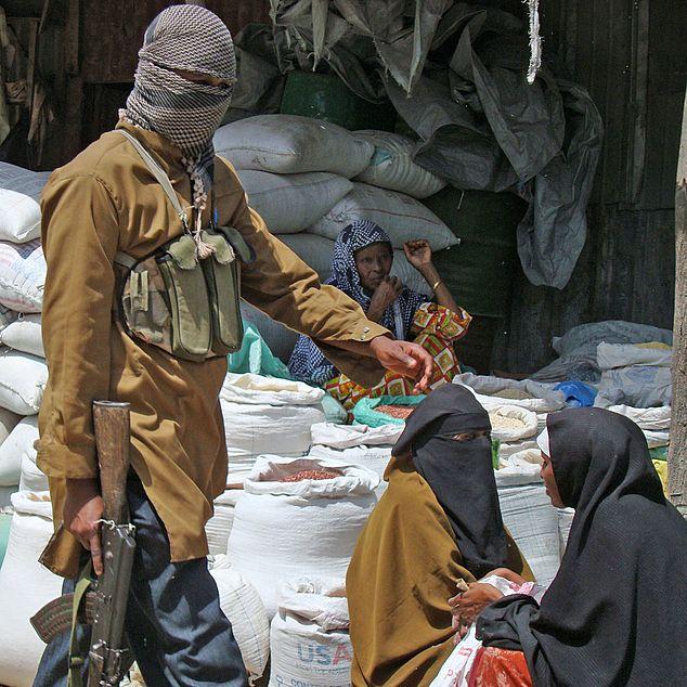 مسلحوا حركة الشباب يقومون بدوريات على سوق في مقديشو، الصومال، حزيران 2009. الصورة: مصطفى عبدي /أ ف ب/ غيتي
