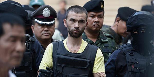 القوات التايلندية تحرس المشتبه به في الهجوم على مرقد في بانكوك في شهر اغسطس تشمل مجموعات من ضمنها : الجبهة الثورية الوطنية.