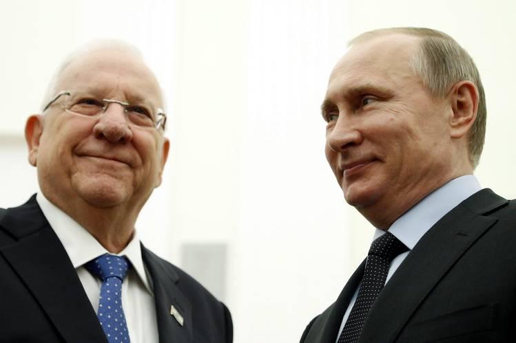 الرئيس الاسرائيلي رؤوفين ريفلين، إلى اليسار، في موسكو يوم الاربعاء مع الرئيس الروسي فلاديمير بوتين، وهو حليف لنظام الأسد. صورة: مكسيم شيبنكوف / POOL PHOTO / وكالة الصور الصحفية الأوروبية