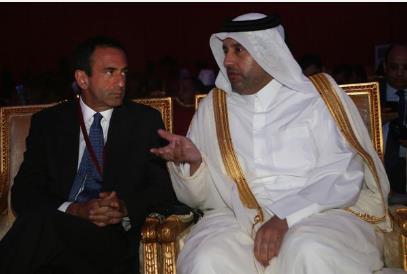 منسق البيت الأبيض لشؤون الشرق الأوسط فيل غوردن، يتحدث في حزيران 2014 مع وزير الاقتصاد والتجارة القطري أحمد بن جاسم آل ثاني في منتدى العالم الاسلامي – الأمريكي، الذي تم تنظيمه في مركز بروكينغز في قطر.
