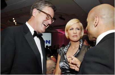 مذيعي MSNBC جو سكاربورو وميكا برزيزينسكي في حدث مع السفير الإماراتي لدى الولايات المتحدة يوسف العتيبة في عشاء تكريمي العام 2011 في واشنطن، نظمه المجلس الاطلسي.
