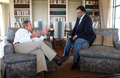 الرئيس جورج بوش يلتقي السفير السعودي لدى الولايات المتحدة الأمير بندر بن سلطان في عام 2002.