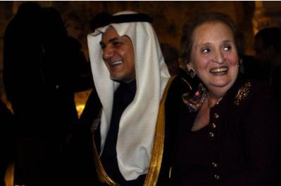 وزيرة الخارجية الأمريكية السابقة مادلين اولبرات  تضحك مع الأمير السعودي تركي الفيصل في مؤتمر ببراغ العام 2007.