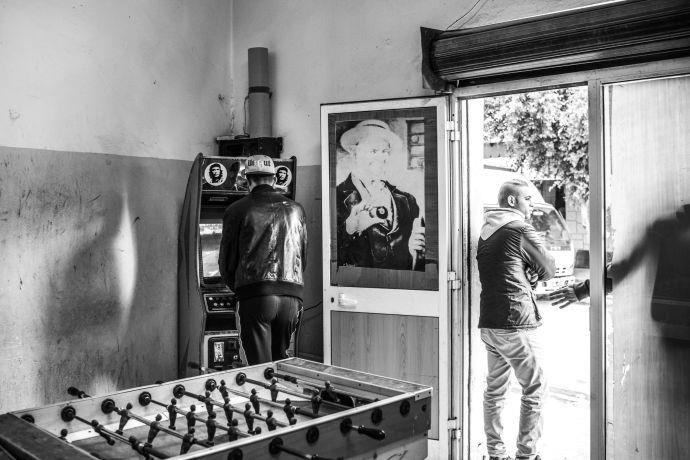 مركز الألعاب في دوار هيشر. نادراً ما تعلن عائلات أولئك الذين يغادرون للانضمام للدولة الإسلامية عن مغادرتهم خوفا من المضايقات من قبل السلطات. كانون الأول 2015. تصوير: سباستيان / النور لصالح مجلة نيويوركر