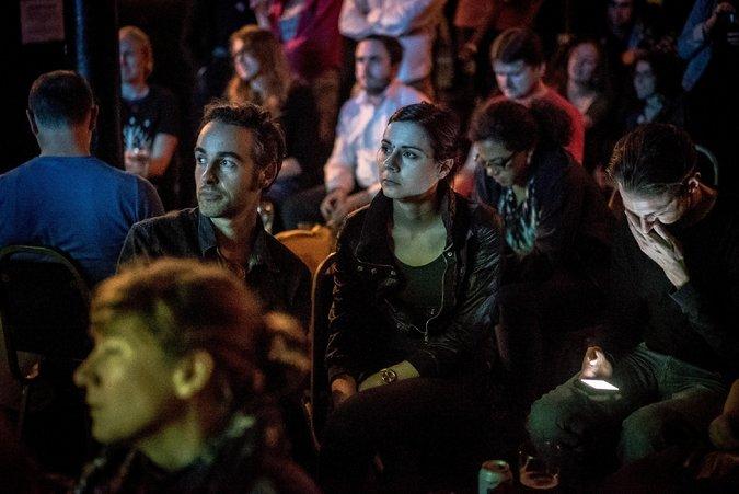 حفلة في حانة ليكسينغتون في شمال لندن عند إعلان نتائج الاستفتاء يوم الخميس . تصوير أندرو تيستا لصحيفة نيويورك تايمز