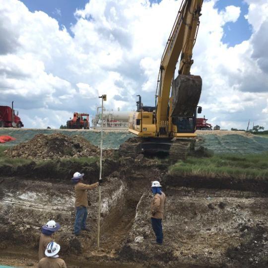 عمال في موقع Statoil USA التابع لمجموعة Ford Eagle، وهم يستعدون لمد خط أنابيب. المصدر: ديفيد جافيين لرويترز.