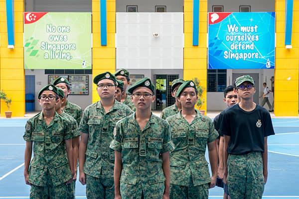 يشارك عدد كبير من طلاب المدرسة الأميرالية في مجموعات للتدريب العسكري بعد المدرسة. المصدر: يلفريد ليم.