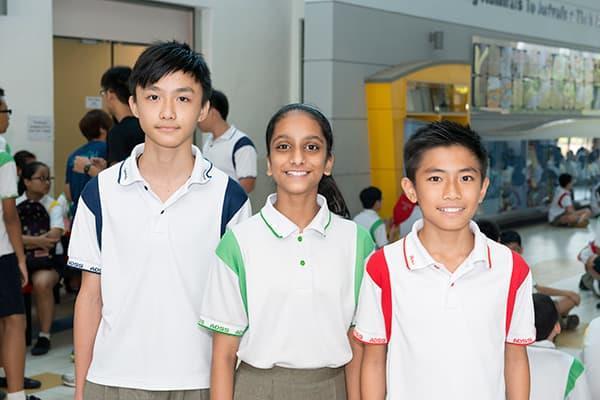 التلاميذ تان جين تنغ، وضياء حريش، وسيعا يو. المصدر: يلفريد ليم.