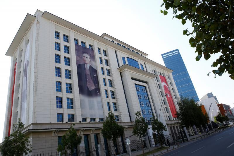 صورة لأتاتورك وضعت على واجهة مقر حزب العدالة والتنمية في أنقرة، أغسطس 2016. أوميت/رويترز