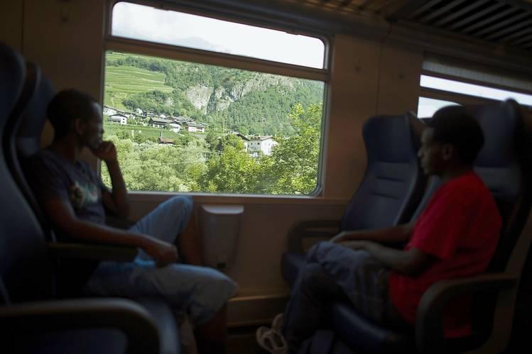 مهاجرون إثيوبيون يركبون قطاراً يمرُّ عبر إيطاليا وصولاً إلى ممر برينر على الحدود النمساوية في تموز عام 2015. تصوير: أليكساندر كويرنير / غيتي.