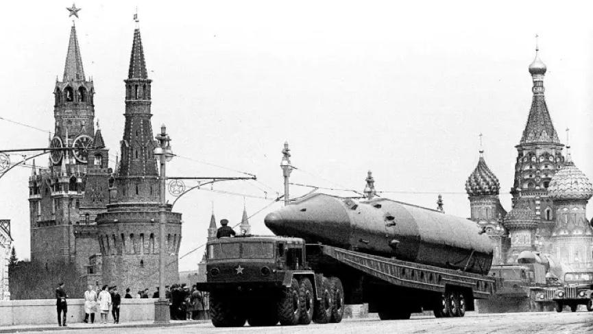 حقائق الحرب الباردة: عرض للصواريخ الباليستية في استعراض عسكري في موسكو عام 1965 © AP.