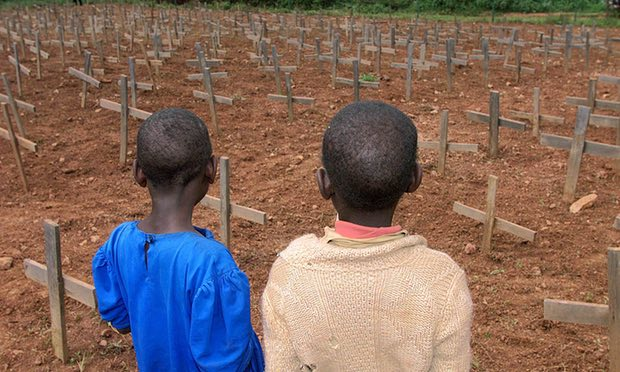 أطفال روانديون في المقبرة التذكارية للإبادة الجماعية في نيانزا شمال كيغالي. صورة: جان مارك بوجى / AP.
