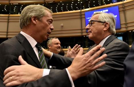 رئيس المفوضية الأوروبية -جان كلود يونكر- يرحب بنايجل فاريج -زعيم حزب استقلال المملكة المتحدة-، في مقر البرلمان الأوروبي في بروكسل، بلجيكا، يونيو 2016.