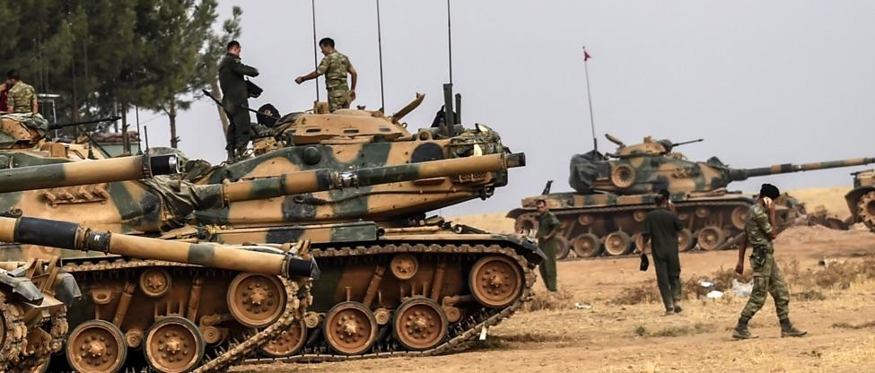 جنود الجيش التركي يسيرون بجانب الدبابات للانضمام إلى فرقة عملية درع الفرات في 25 آب 2016. تصوير: غيتي إيماجيس.