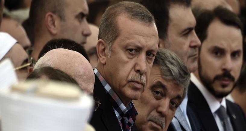 الرئيس التركي رجب طيب أردوغان والرئيس التركي السابق عبد الله غول يحضران جنازة أحد ضحايا محاولة الانقلاب في إسطنبول في 17 تموز 2016. تصوير: غيتي إيماجيس.