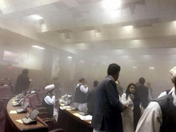 إجلاء أعضاء البرلمان الأفغاني بعد هجوم شنته طالبان، يونيو 2015.