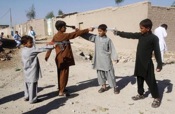 يلعب الأطفال الأفغان بلعبة المسدسات في أول أيام عيد الأضحى في جلال أباد، تشرين الأول 2015.