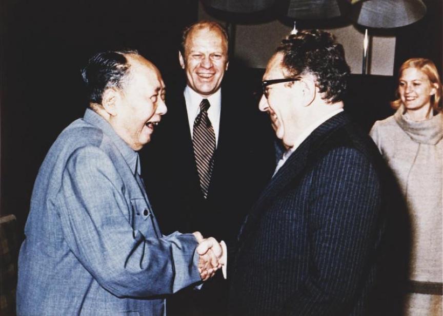 هينري كيسنجر وماو زيدونغ في بكين 1975.